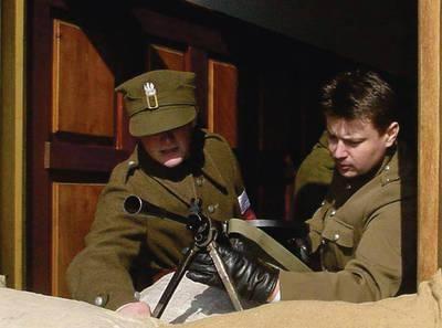 Robert Kowalski (po prawej) jako kapitan UB podczas jednej z inscenizacji historycznych Fot. Agnieszka Szymaszek