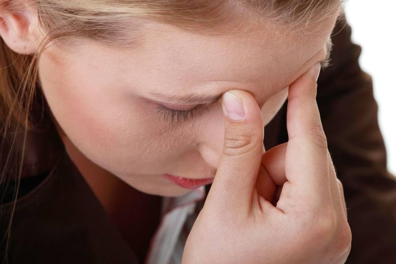 Bóle i zawroty głowy, problemy z koncentracją, zaburzenia pamięci, trudności w organizacji, a wreszcie uczucie bezradności i wypalenia psychicznego to