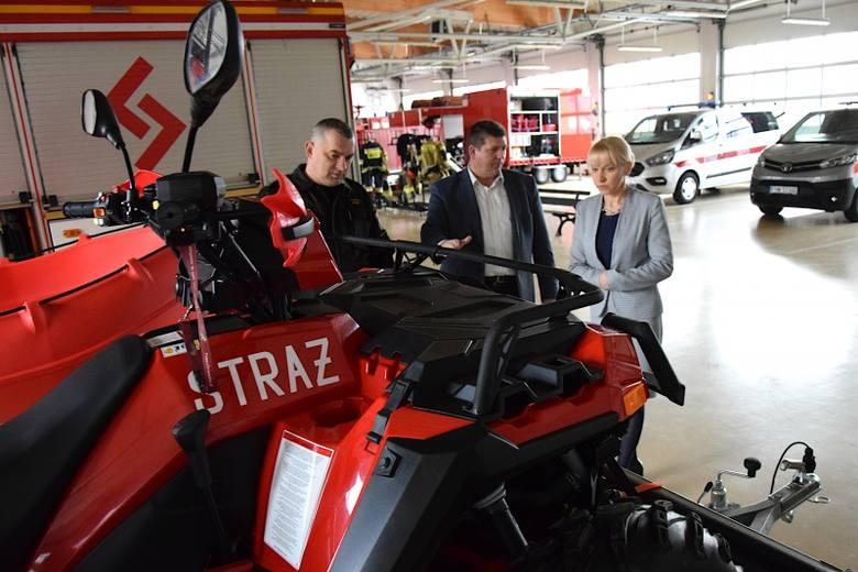 Nowe pojazdy oglądała w siedzibie komendy PSP w Nowej Soli starosta Iwona Brzozowska. Na zdjęciu razem z komendantem mł. bryg. Czesławem Młynarczykiem