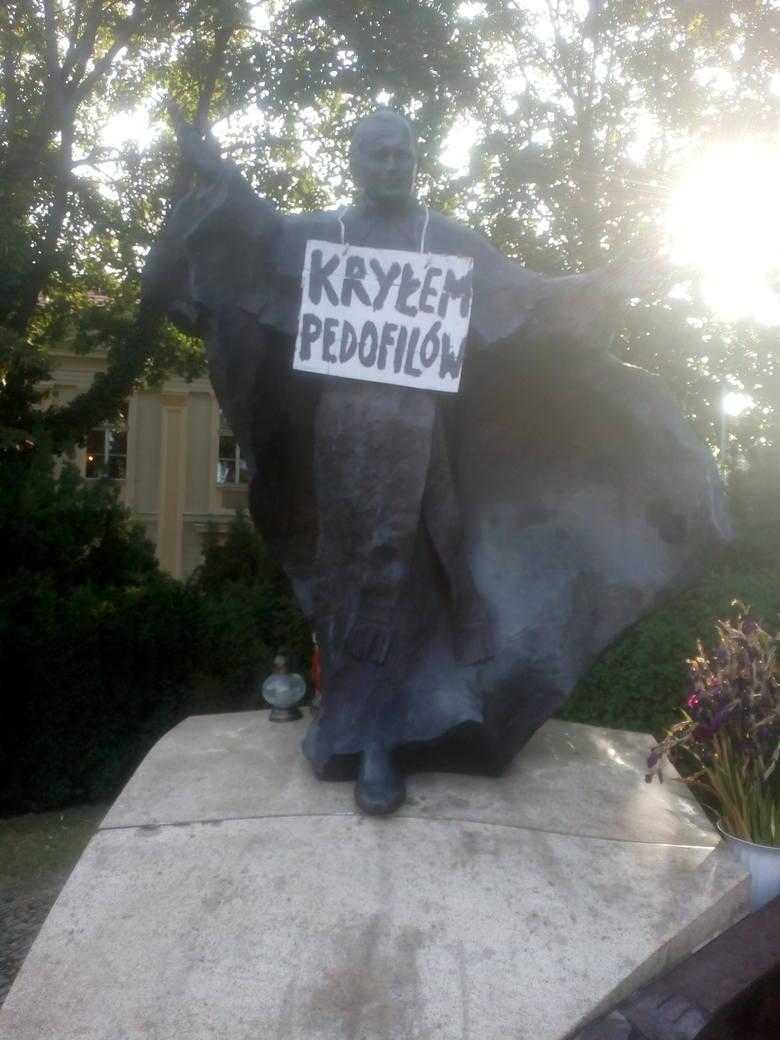 Kuria metropolitalna w Poznaniu twierdzi, że nic nie wie o tym incydencie. - Przechodziłem dziś obok pomnika i żadnej kartki tam nie widziałem. Nie mogę