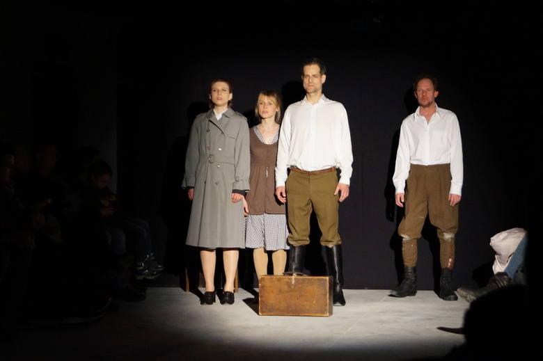 """Teatr alternatywny w Ostrołęce. Spektakl """"Wyklęci"""" Teatru Nie Teraz [ZDJĘCIA, WIDEO]"""