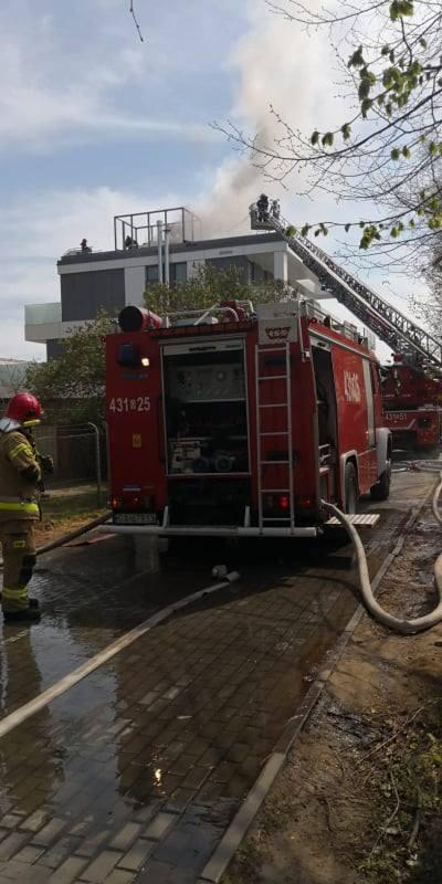 Pożar w Gdyni przy ul. Orłowskiej.  Ogień pojawił się na dachu budynku