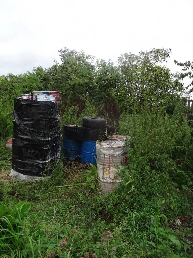 - Są tam metalowe beczki 200-litrowe i mniejsze, m.in. 100-litrowe plastikowe pojemniki z substancją płynną i stałą - usłyszeliśmy od Marcina Nowaka z KPP Straży Pożarnej w Grodzisku