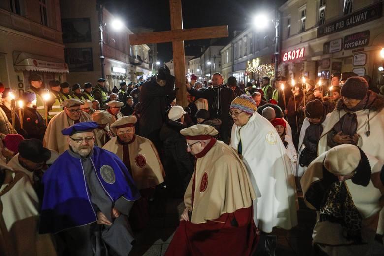 Droga Krzyżowa, która w piątek wieczorem przeszła ulicami Rzeszowa, zgromadziła tłumy. Rozpoczęła się przy krzyżu – pomniku Ofiar Komunizmu na placu
