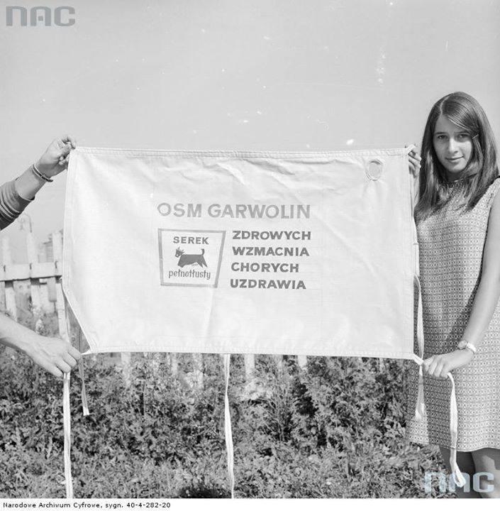 Baner reklamowy Okręgowej Spółdzielni Mleczarskiej na trasie Wyścigu Pokoju