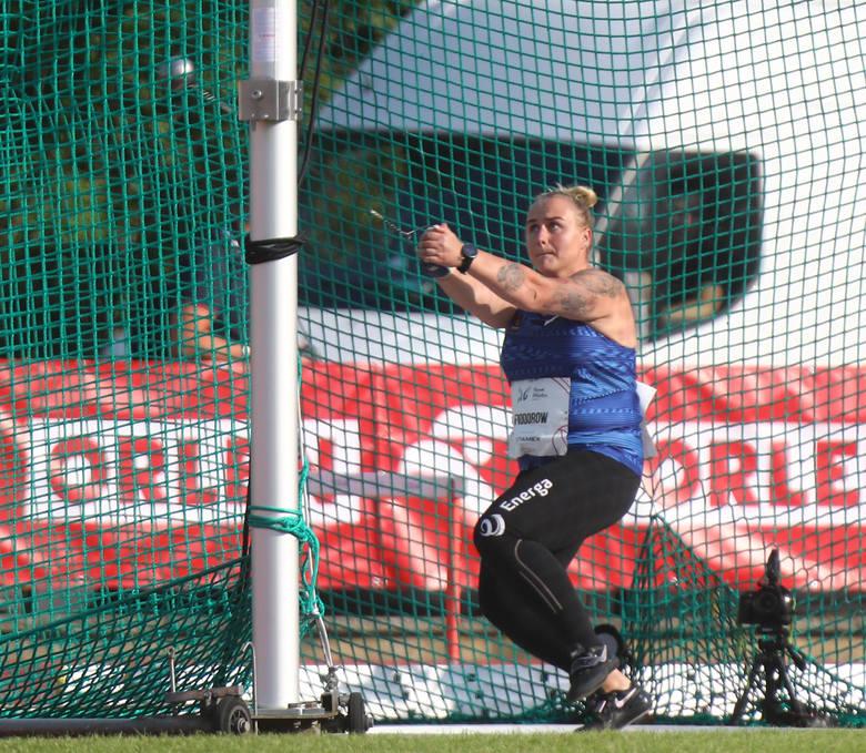 Paweł Fajdek (78.06) otrzymuje gratulacje za zwycięstwo w rzucie młotem od drugiego w konkursie Wojciecha Nowickiego (75.14)