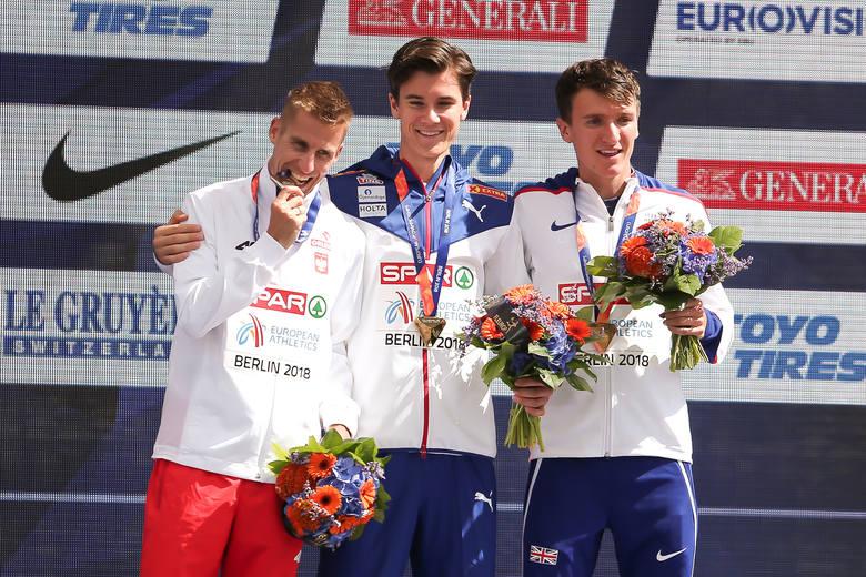 Marcin Lewandowski w sobotnie popołudnie odebrał srebrny medal mistrzostw Europy wywalczony w Berlinie w biegu na 1500 metrów. Zobacz zdjęcia z ceremonii