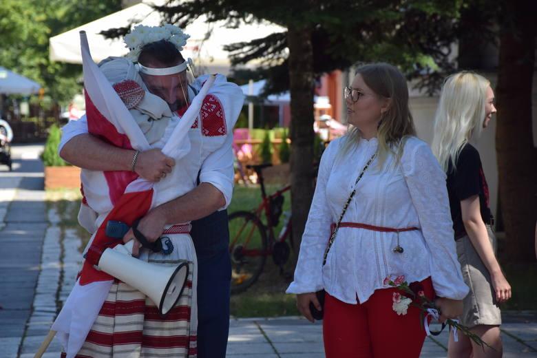 Manifestacja pod Biurem Wystaw Artystycznych w Zielonej Górze - gesty solidarności z Białorusią - niedziela, 16 sierpnia 2020