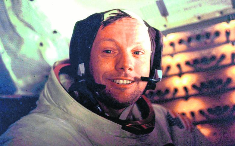 """Neil Armstrong był pierwszym człowiekiem, który postawił stopę na Księżycu. W filmie """"Pierwszy człowiek"""" Damiena Chazelle'a w jego rolę wcielił się aktor"""
