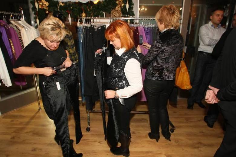 Szefowa kieleckiego przedstawicielstwa ubezpieczeniowego giganta Aviva, Małgorzata Suchodolska (z lewej)  oglądała spodnie, ale ostatecznie postawiła