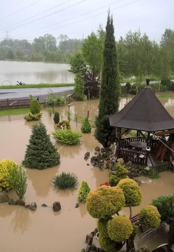 Wielkie suszenie po wielkiej wodzie. Mieszkańcy bielskich Komorowic są rozgoryczeni. Zalewa ich od lat ZDJĘCIA