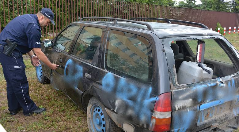 19-letni kierowca forda nie zatrzymał się do kontroli drogowej i zaczął uciekać. Auto zatrzymało się dopiero w szczerym polu, gdzie kierujący, wspólnie