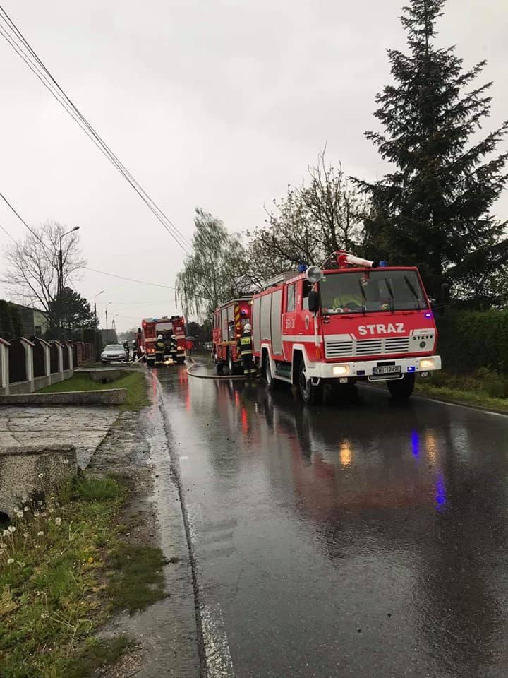 Gdów. Pożar domu podczas burzy. Na miejscu pracowało prawie 40 strażaków