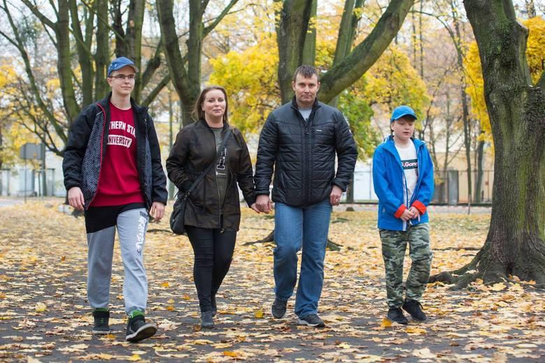 Rodzina Surowców w komplecie, od lewej: Patryk, rodzice Anna i Tomasz, młodszy brat Bartek.