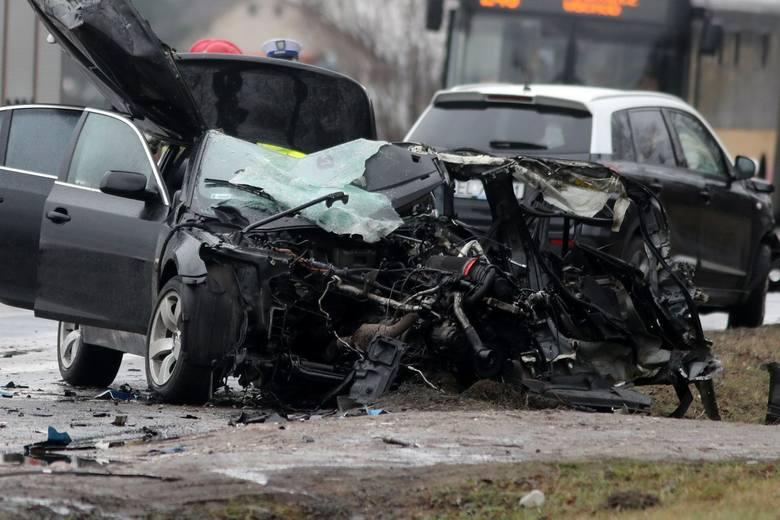 Wypadek w Aleksandrii w sobotę (23 stycznia) powiecie zgierskim. Zderzyły się aż trzy auta. Kierowca czarnego BMW próbował wyprzedzić rząd samochodów