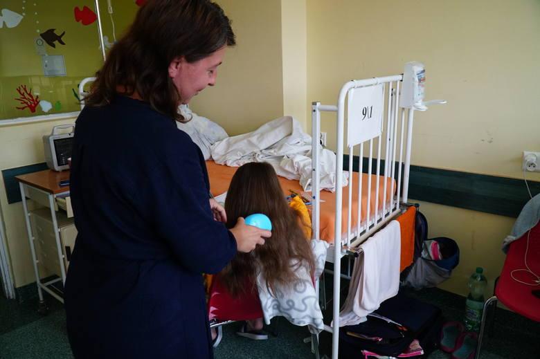 Wiele przypadków takich zdarzeń kończy się w szpitalu. W Klinice Chirurgii, Traumatologii i Urologii Dziecięcej w Szpitalu Klinicznym im. Karola Jonschera UM w Poznaniu, co roku w wakacje, liczba pacjentów wzrasta.