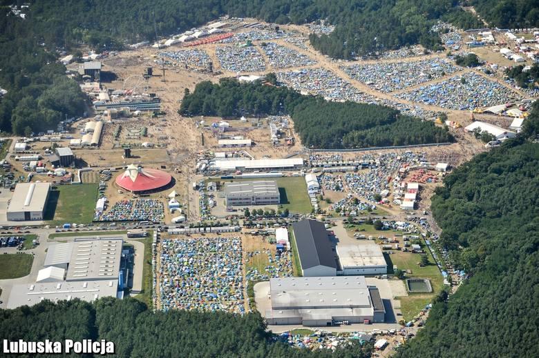 Dopiero z powietrza widać ogrom festiwalu PolAndRock. Zdjęcia z pokładu policyjnego śmigłowca robią wrażenie.Lubuska policja zmobilizowała ogromne siły,