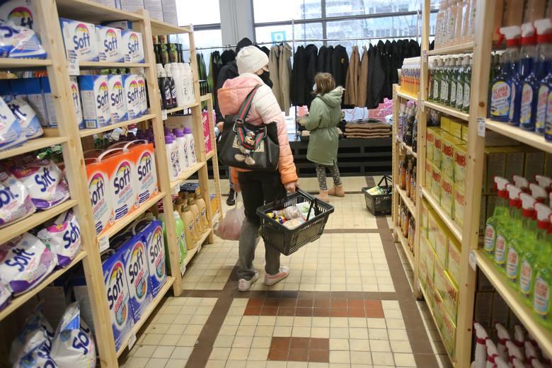 Tak w dniu otwarcia wyglądał sklep socjalny w Katowicach. Zobaczcie niektóre produkty i ich ceny. Zobacz kolejne zdjęcia. Przesuń zdjęcie w prawo - wciśnij