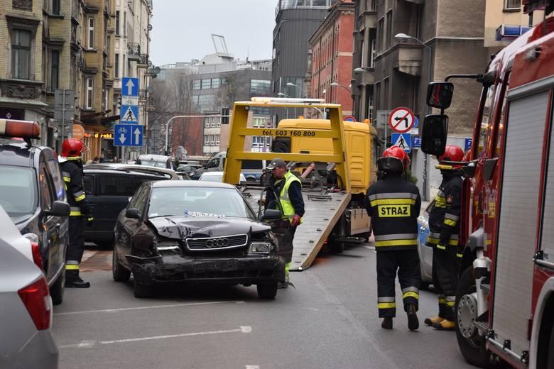 Porozbijane samochody na ul. Słowackiego w Katowicach. Staranował je pijany kierowcaZobacz kolejne zdjęcia. Przesuwaj zdjęcia w prawo - naciśnij strzałkę