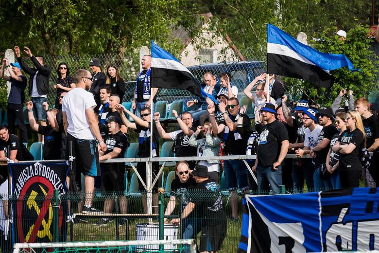 Blisko 400 kibiców obserwowało mecz Zawisza Bydgoszcz - Tartak Wudzyn. Niebiesko-czarni wygrali 4:0. Oto galeria zdjęć kibiców.