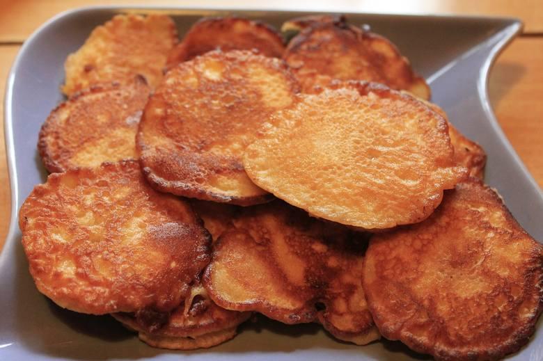 Na kefirze można zrobić np. racuchy z jabłkami