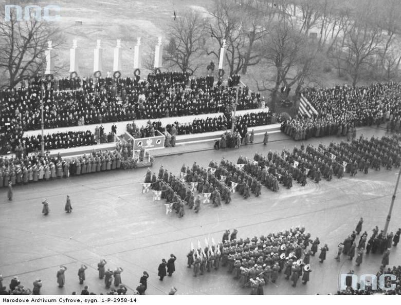 Defilada pocztów sztandarowych jednostek wojskowych przed trybuną honorową na placu Na Rozdrożu w Warszawie