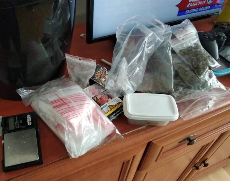 Policjanci z bydgoskiej komendy zwalczający przestępczość narkotykową zatrzymali mężczyznę, który w mieszkaniu miał ponad 100 gramów marihuany i kilka