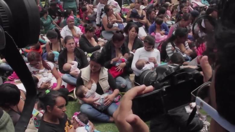 2000 matek obnażyło publicznie biust (wideo)
