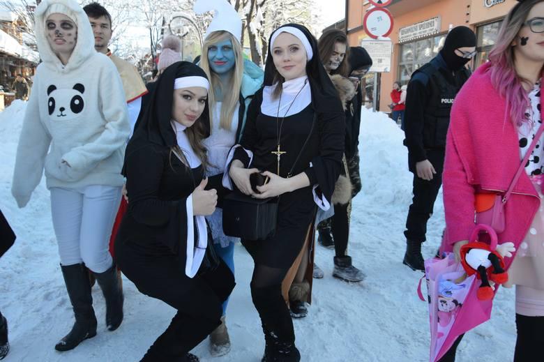 Zakopane. Kilkuset maturzystów zatańczyło poloneza na Krupówkach [ZDJĘCIA]