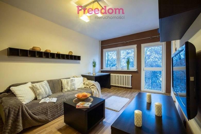 Choć ceny mieszkań w Łodzi nie rosną już z miesiąca na miesiąc - w ciągu ostatniego roku w sumie podskoczyły o blisko o 10 proc. Wiele osób zastanawia