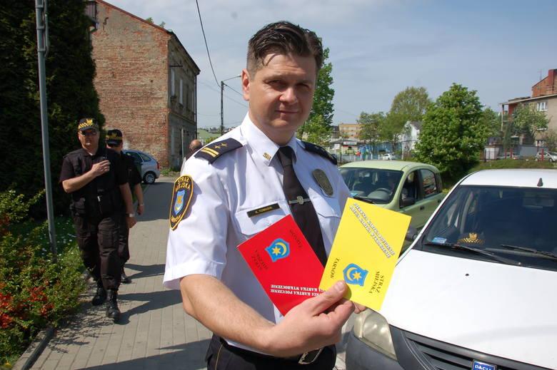 - Pomysł z żółtymi i czerwonymi kartkami sprawdził się w wielu miastach. Upominani w ten sposób kierowcy, przy kolejnym wykroczeniu, na pobłażliwość