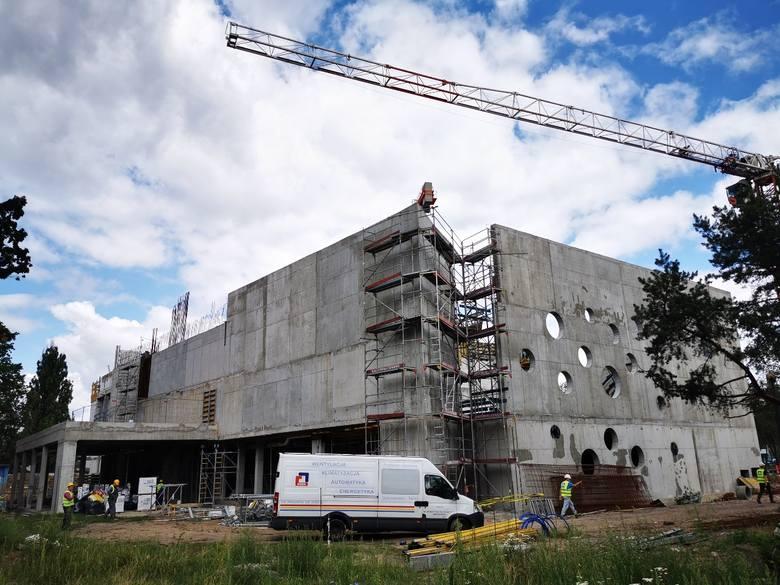 Budowa nowej pływalni ma kosztować 42 miliony złotych. Prace miały się zakończyć do lata 2020 r., ale w związku z tym, że niecka głównego basenu dawnej