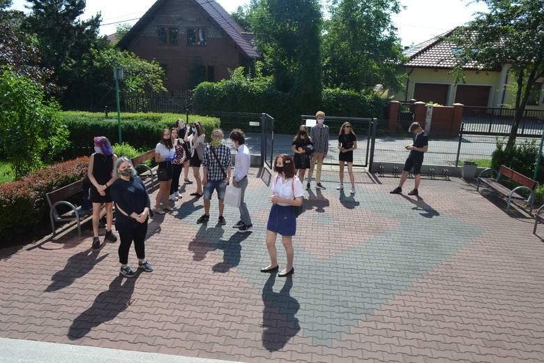 Tak wyglądało zakończenie roku szkolnego w IX LO w Sosnowcu. Uczniowie spotkali się w małych grupach i odbierali świadectwa od wychowawcy. Zobacz kolejne