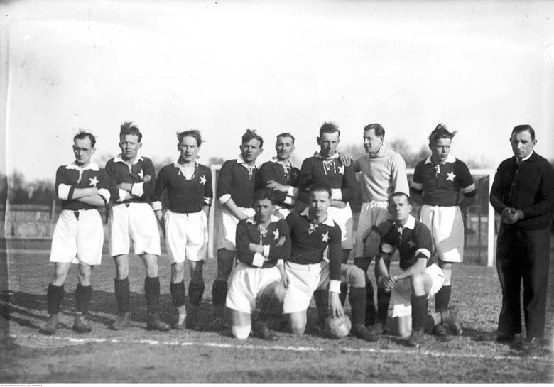 Stoją od lewej: Aleksander Pychowski, Józef Kotlarczyk, Jan Reyman, Jan Kotlarczyk, Józef Adamek, Henryk Reyman, Emil Folga, Emil Skrynkowicz, ?. Klęczą