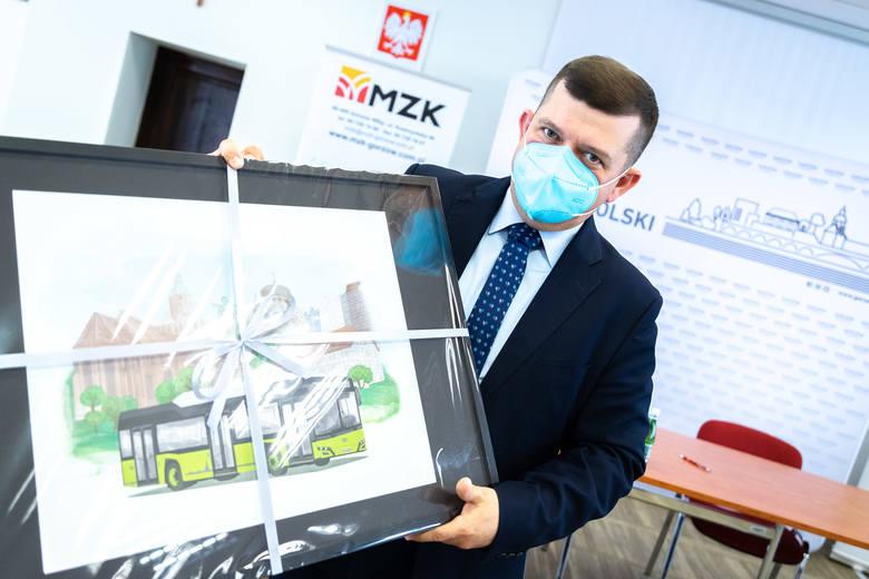 Prezydent Jacek Wójcicki dostał na pamiątkę obraz Solarisa na tle Gorzowa.