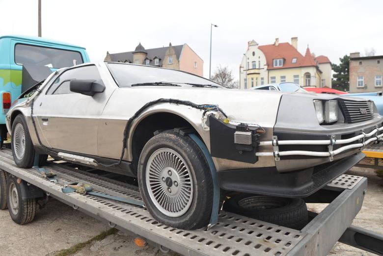 To nie żart. Koło galerii Nova Park naprawdę stoi kultowy samochód, którym Marty i doktor Emmett przenosili się w czasie.Ich przepiękny DeLorean to tylko