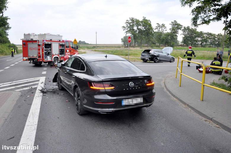 Do wypadku doszło w niedzielę (10 czerwca) po godzinie 19. Zderzyły się dwa samochody marki volvo i volkswagen. W wyniku wypadku jedna osoba ucierpiała