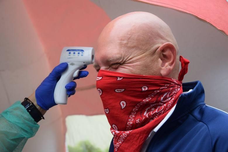Zanim wejdziemy do Regionalnego Centrum Krwiodawstwa i Krwiolecznictwa w Zielonej Górze, trzeba podać się mierzeniu temperatury, wypełnić ankietę w ustawionym