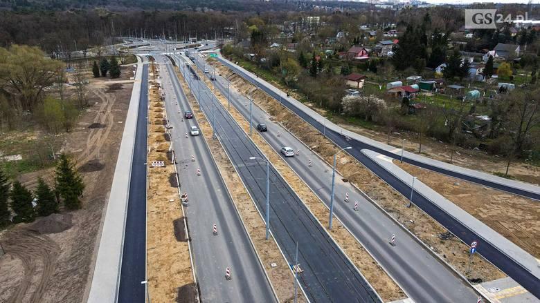 Jak idą prace na ul. Szafera w Szczecinie? Gotowe już 2,5 km nowego torowiska. ZDJĘCIA z drona