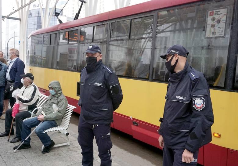 Tylko jedna trzecia pasażerów MPK w Łodzi używa maseczek ochronnych. Dane te zatrważają i biją na alarm. Wprawdzie kontrolerzy apelują do pasażerów,