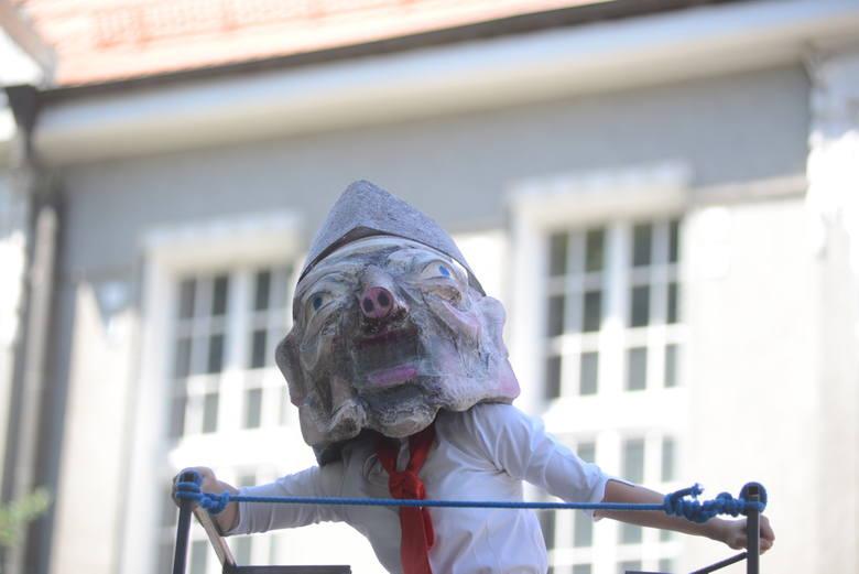 Aktorzy grający prokuratora, sekretarza partii czy milicjanta występowali w maskach.