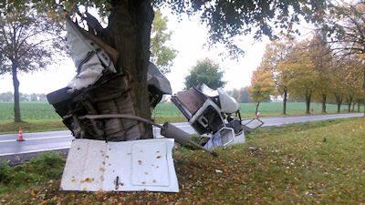 W wyniku uderzenia w  drzewo, rozrzucone odłamki szkła z mercedesa uszkodziły przednią szybę peugeota.Zderzenie dostawczego mercedesa z drzewem było