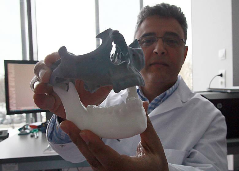 Dr Marcin Elgalal z łódzkiej pracowni implantów pokazuje przygotowany dla pacjenta produkt.