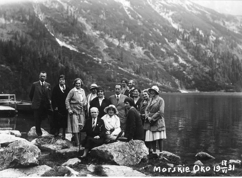 Grupa turystów z Warszawy podczas wycieczki nad Morskie Oko. Wydarzenie miało miejsce we wrześniu 1931 roku