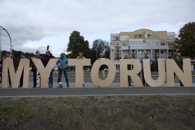Rok temu też była kampania. Władze fetowały przebudowę Szosy Chełmińskiej, obok pikietowała opozycja z My Toruń - dziarsko szła do wyborów, ale ostatecznie
