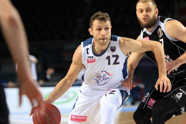 Łukasz Wiśniewski powraca do Energa Basket Ligi. Były kapitan Polskiego Cukru Toruń nie zagra już jednak w barwach Twardych Pierników. Jego nowym pracodawcą