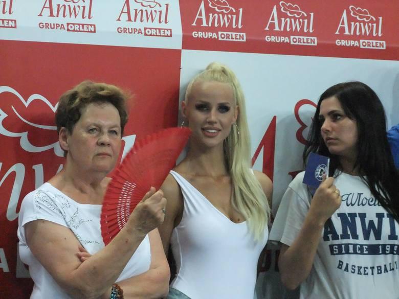 Na środowym meczu Anwil Włocławek - Polski Cukier Toruń nie zabrakło pięknych kobiet. Na parkiecie tańczyły czirliderki, a wiele uroczych kibicek zasiadło