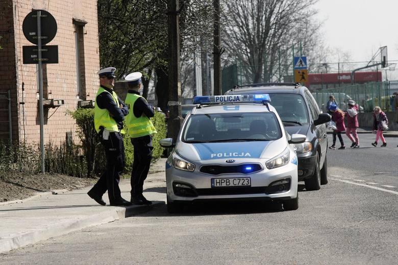 Podczas kontroli policja będzie  mogła parkować w miejscach niedozwolonych, np. na chodniku czy na przystanku autobusowym. Dziś radiowóz mógł tak parkować