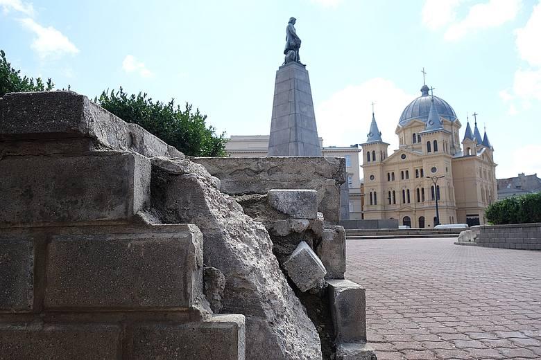 Plac Wolności. Wizytówka miasta z pomnikiem Tadeusza Kościuszki i sypiącymi się klombami z cegieł. Od lat mówi się o przebudowie placu, były już liczne