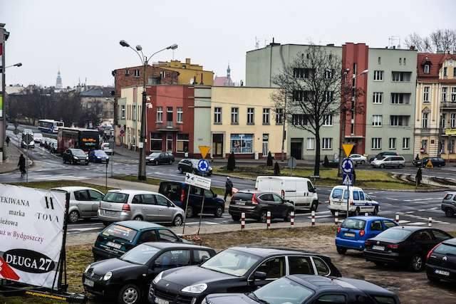 Rozbudowa ronda Bernardyńskiego będzie możliwa dzięki wyburzeniu kamienic przy Zbożowym Rynku 3 i 4 (jednopiętrowe budynki na zdjęciu) oraz pustostanów